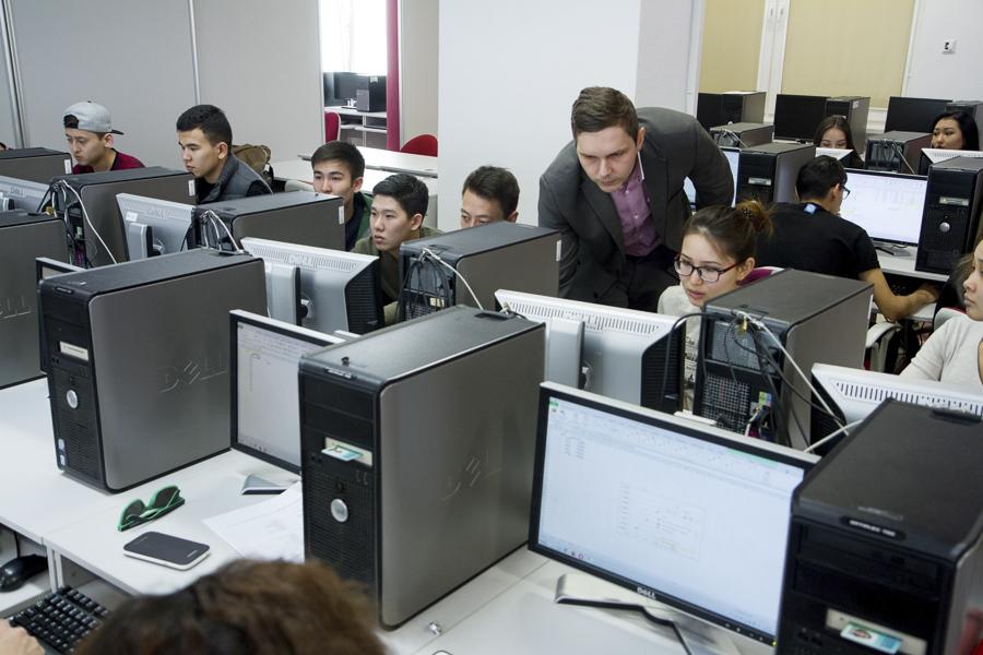 Kampus WSIiZ wRzeszowie. Laboratoria komputerowe.
