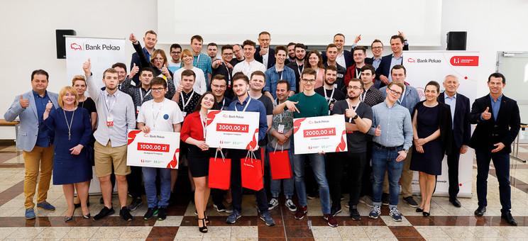 Studenci WSIiZ wzwycięskim zespole Hackathon PekaoCoders!